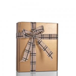 Embalagem Prestige Dourada Decoração com Fita de Linho Xadrez Preto e Prata